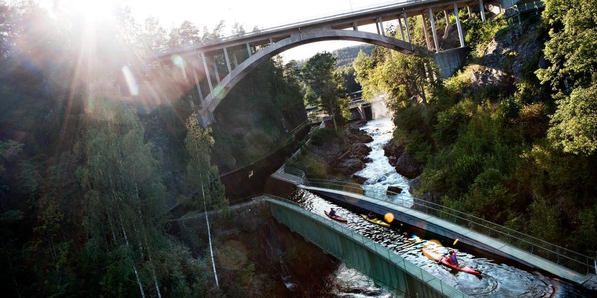 Sällskap paddlar kajak över akvedukt