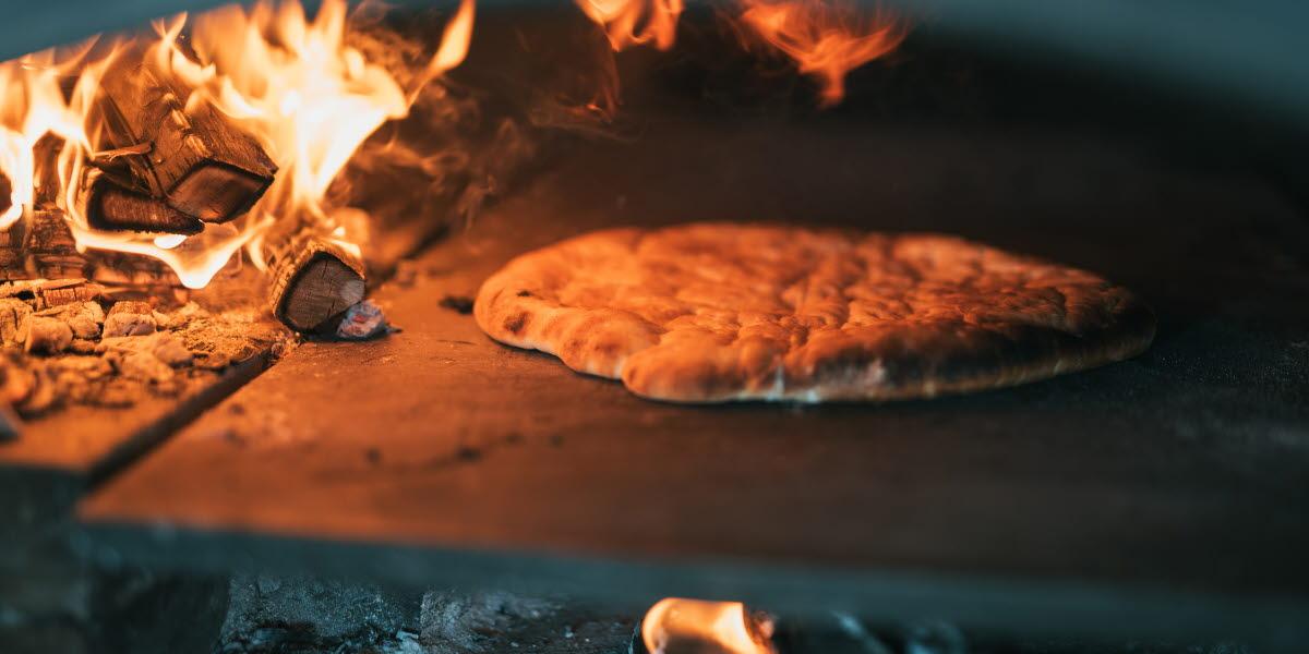 Baka Hönökaka över öppen eld, det lokala brödet kallas även Bagebrö
