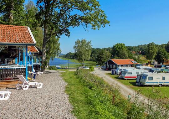 Vacker vy över sjön Åsunden från Skotteksgårdens Camping & Stugby i Ulricehamn.