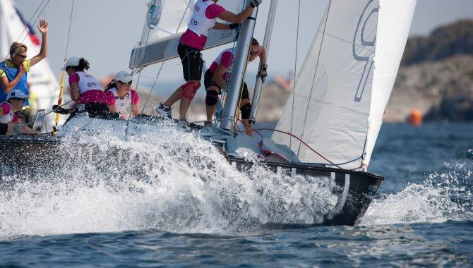 Seglande båt med 5 kvinnor ombord