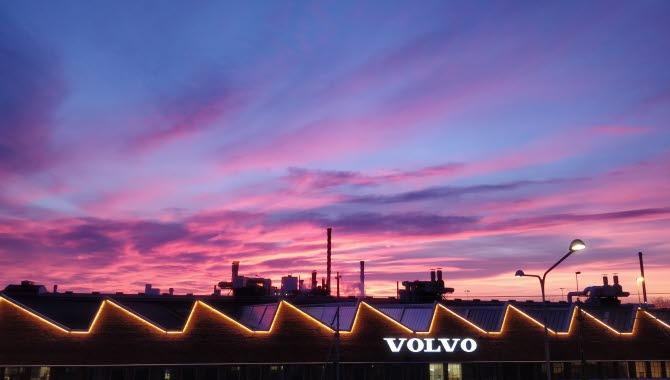 Lila och rosa himmel över Volvos industriområde.