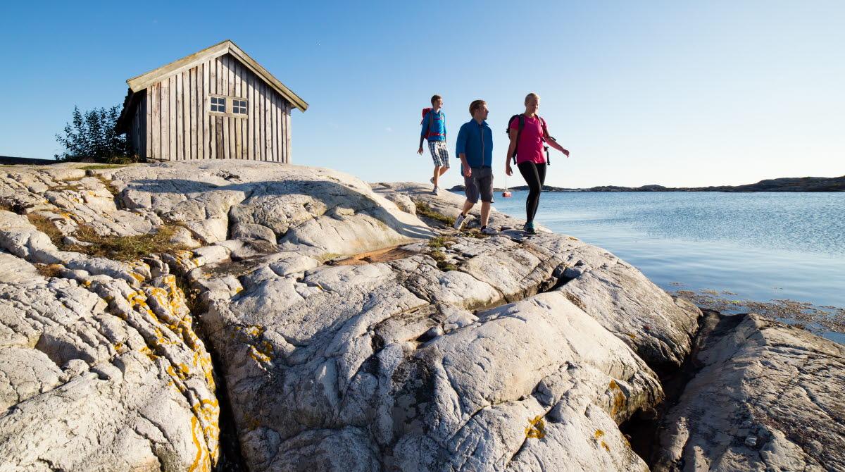 Havsnära vandring på Koster med en sjöbod i bakgrunden.