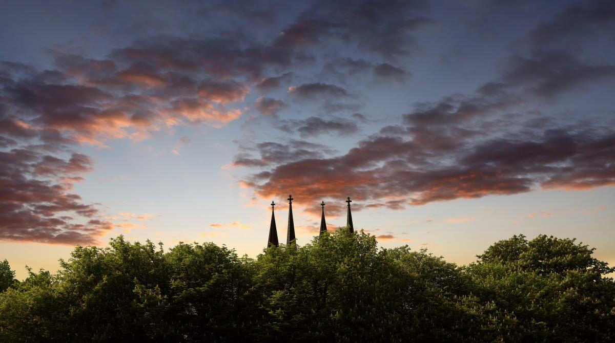 Skara domkyrkas torn mot en solnedgång