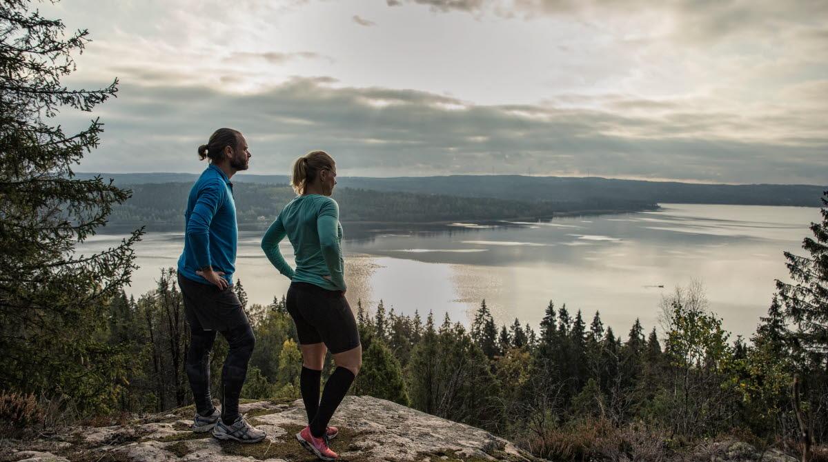 Två personer tittar ut över en sjö i Ulricehamn