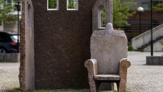 Skulpturen Sol ute, stol inne, för hjärta och sinne i Trollhättan