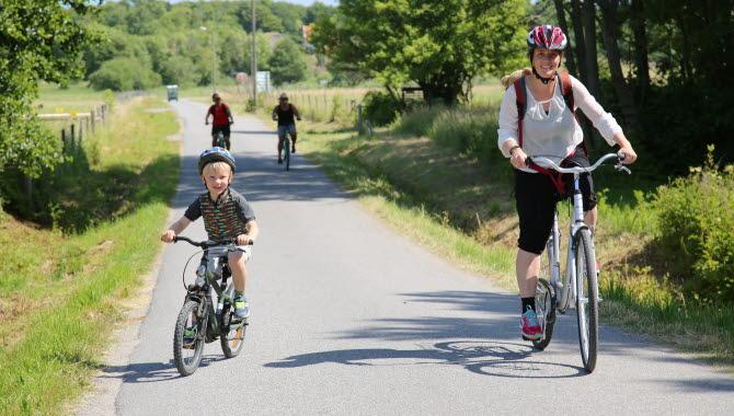 Familj som cyklar på Koster