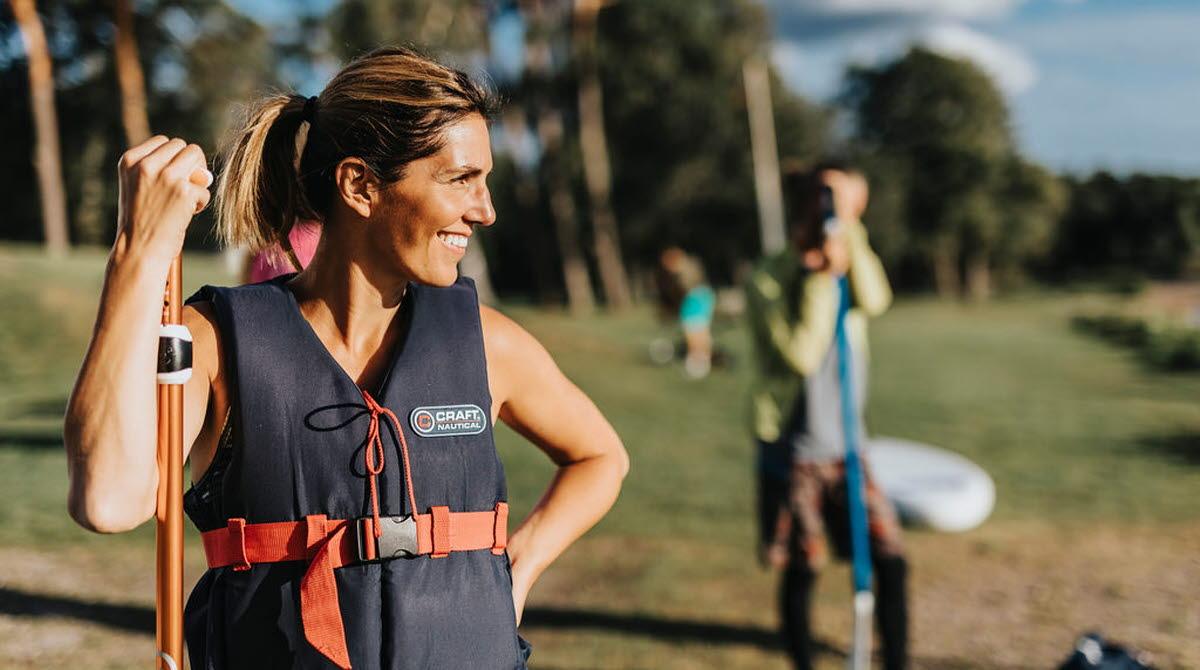 Kvinna vid Stand up paddle bräda