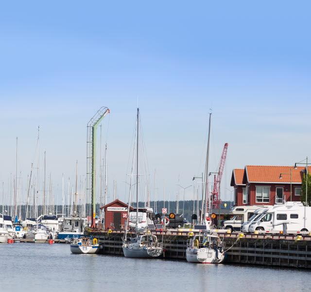 Båtar i gästhamnen och husbilar på ställplatsen i Mariestad.