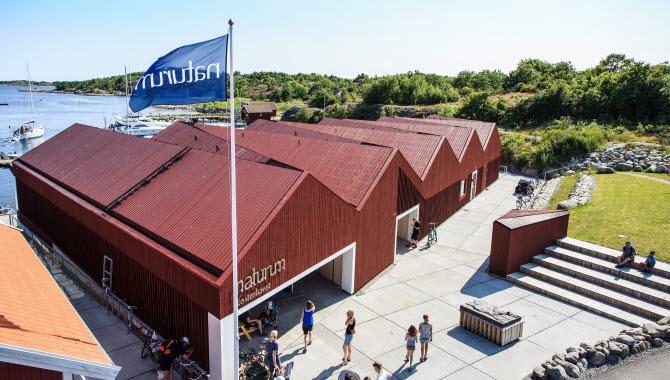 Byggnad som inrymmer naturum Kosterhavet, Framför entrén finns gräsyta och sittplatser och baksidan är mot havet.