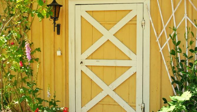 Gammal dörr i trästaden Hjo, inne på Forsbergsgården.