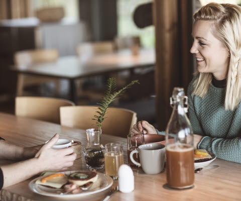 Kvinnor samtalar över en frukost