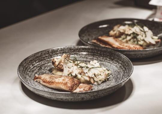 Tallrikar med lagad mat på restaurangen SK Mat & Människor i Göteborg