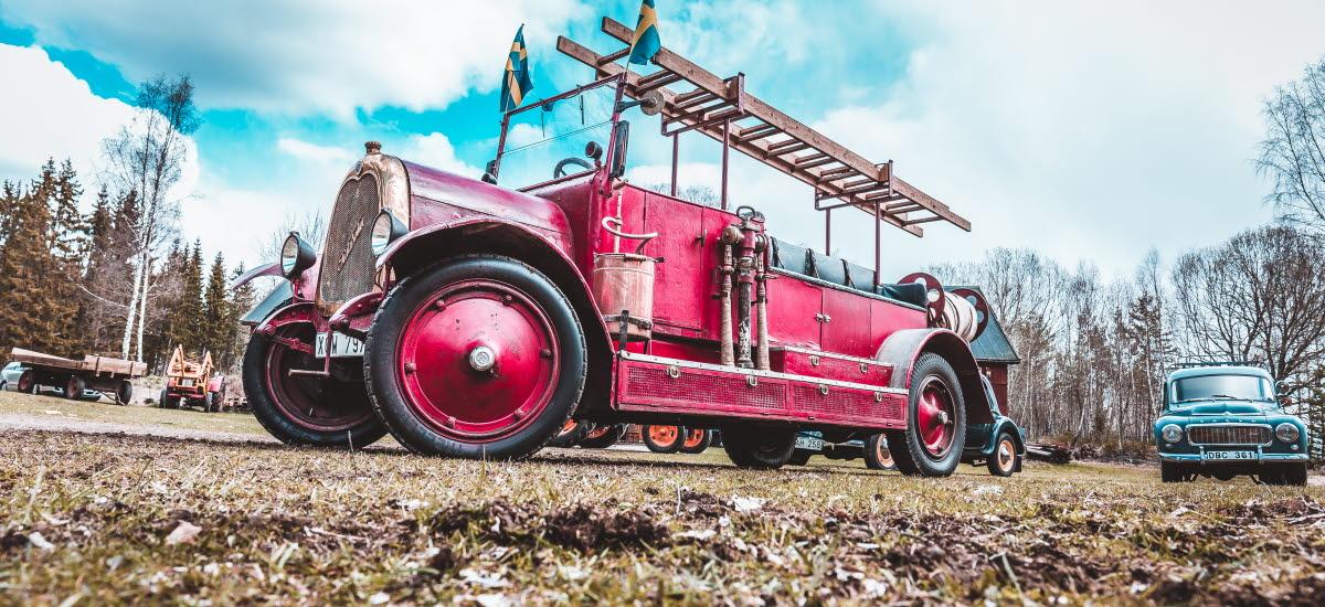 En gammal röd brandbil.
