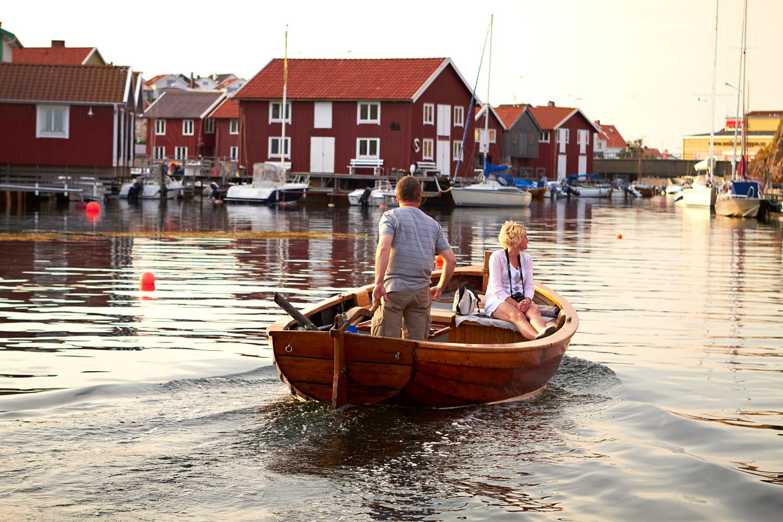 Couple in a wodden boat - Photo cred Jonas Ingman