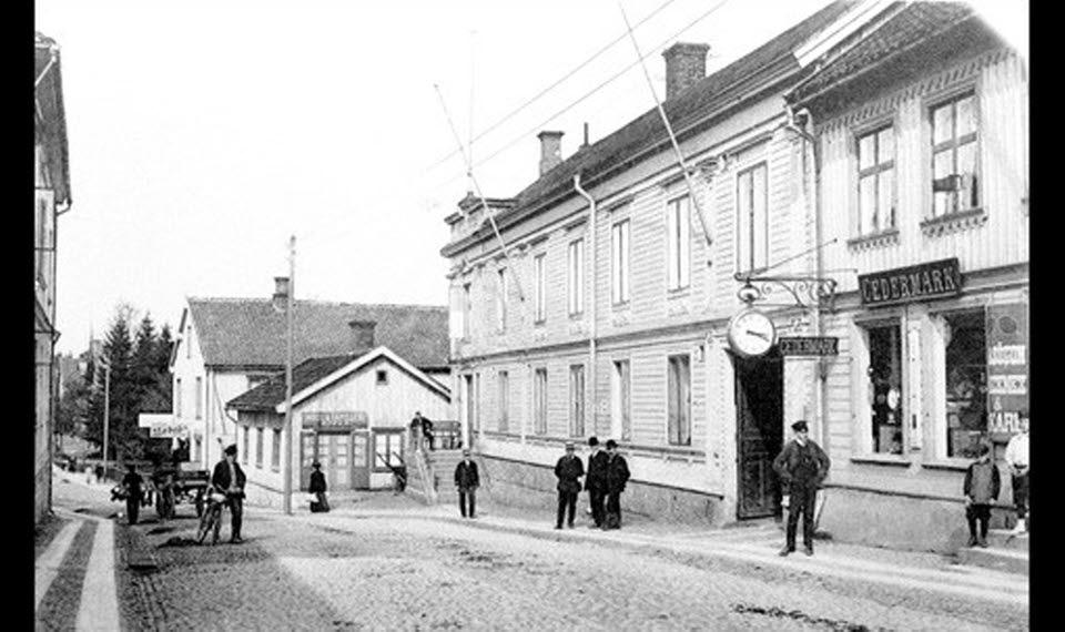 Old photo illustrating townlife in Hjo - Hamngatan, the main street.
