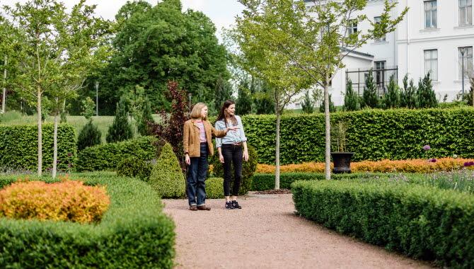 Två kvinnor besöker Jonsereds Trädgård