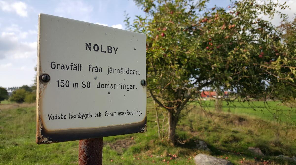 Skylt vid Nolby gravfält på Torsö, Mariestad.