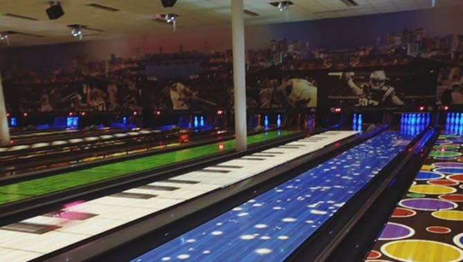 Färgglada bowlingbanor under Interactive bowling på O´leary´s i Skövde