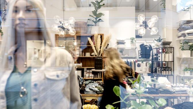 Inredningsbutik genom ett skyltfönster.