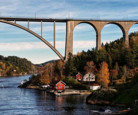 Gamla Svinesundsbron i höstskrud med Idefjorden och gamla hamnen