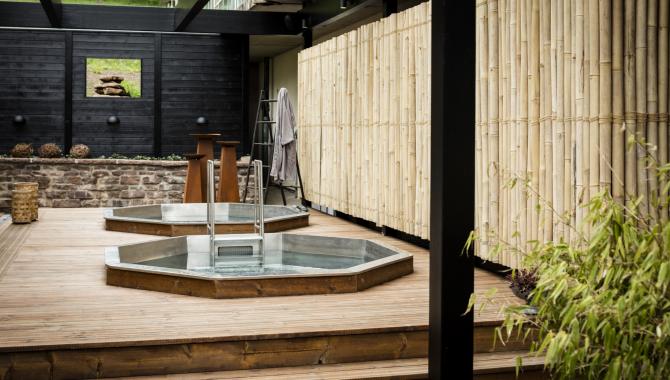 två utomhus pooler med varmt vatten