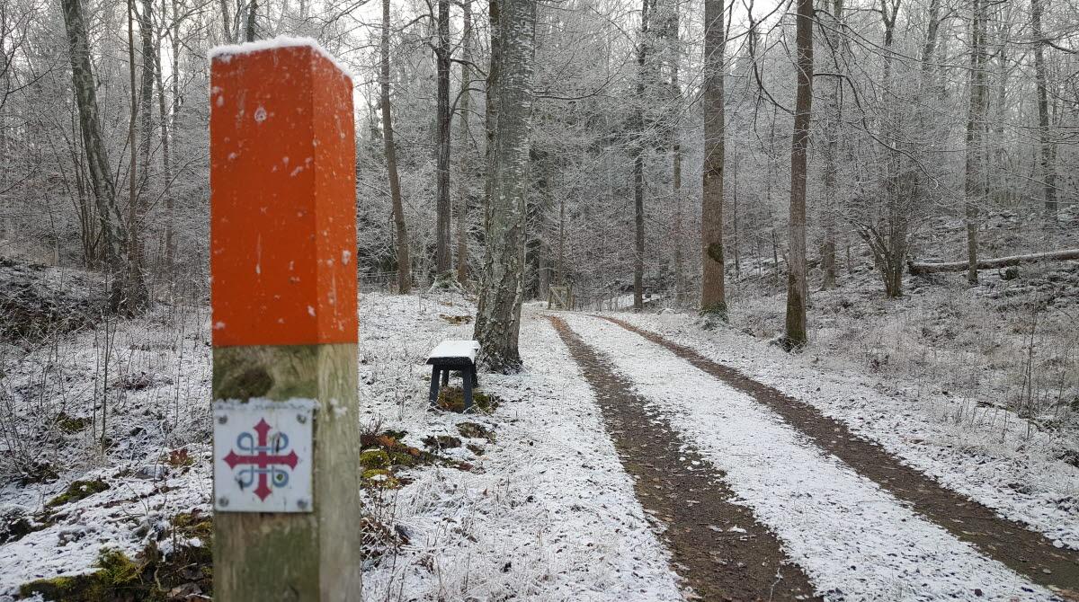 Vandringsstolpe vid Qvarnstensgruvan Minnesfjället på Lugnåsberget, vintertid.