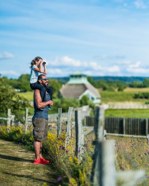 Barnfamilj vid Hornborga naturum