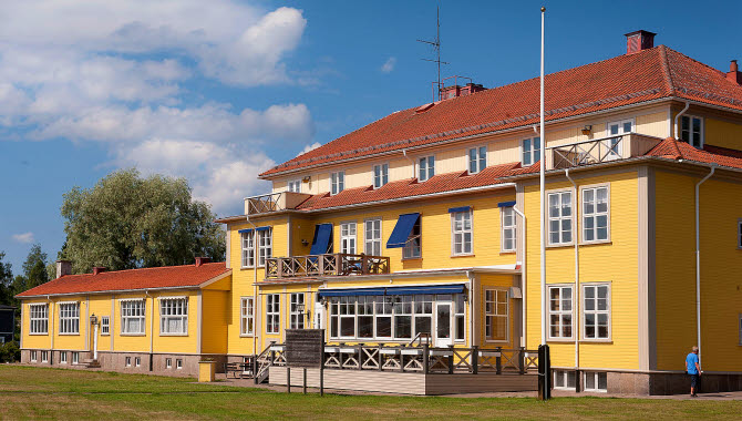 The beautiful main entrence of the old building at Hotell Dalsland.