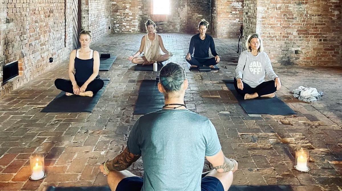 Yoga med Tony Free på Strandverket, Marstrand
