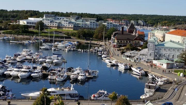 Guest harbor in central Strömstad with boats and buildings.