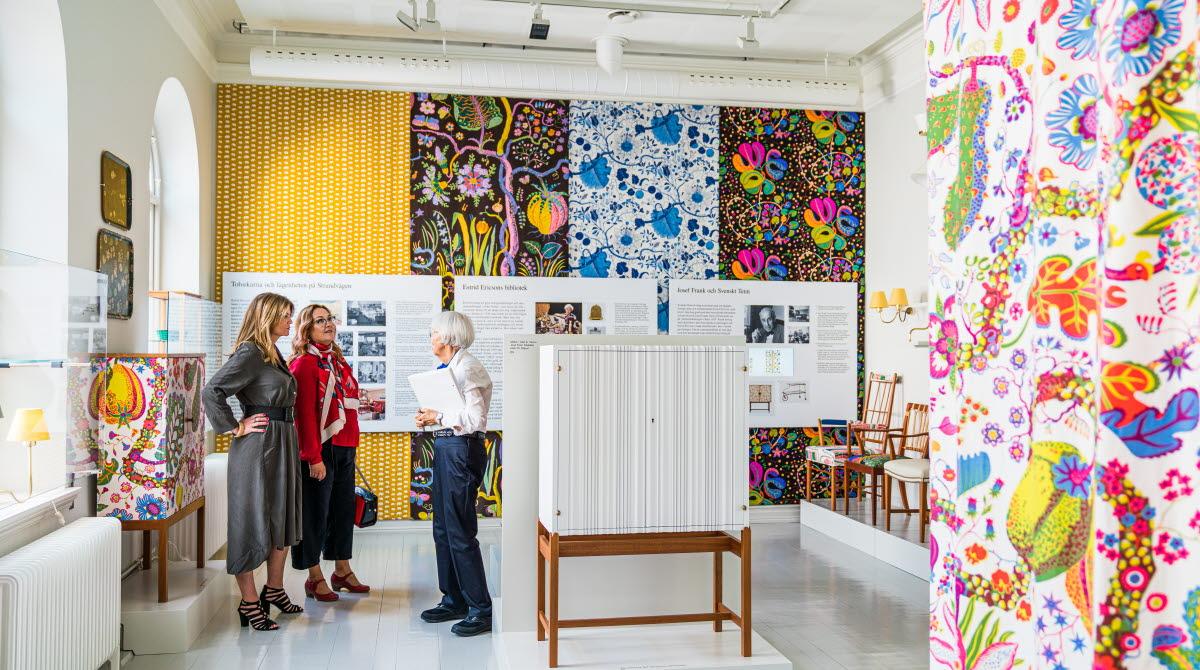 Kvinnor på Estrid Ericson utställning