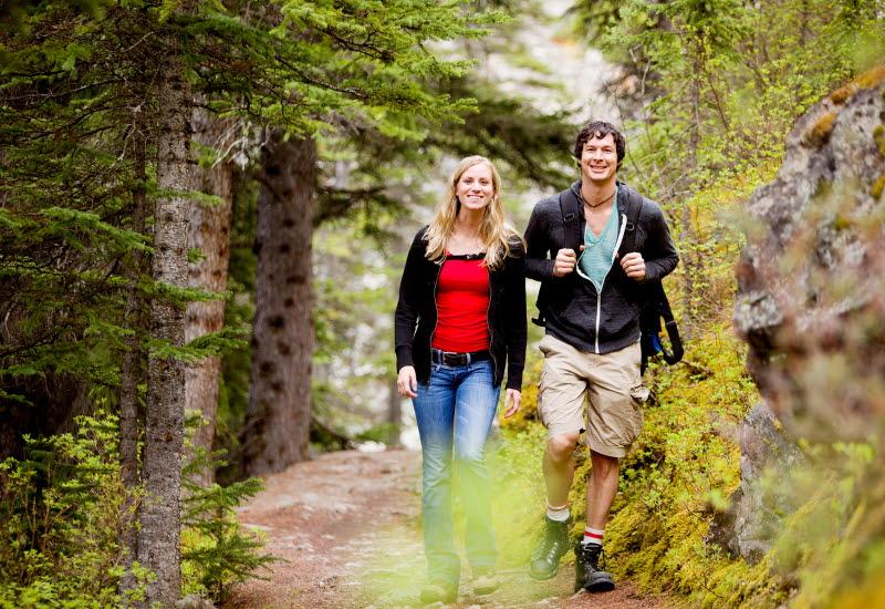 Par som vandrar på skogsstig.
