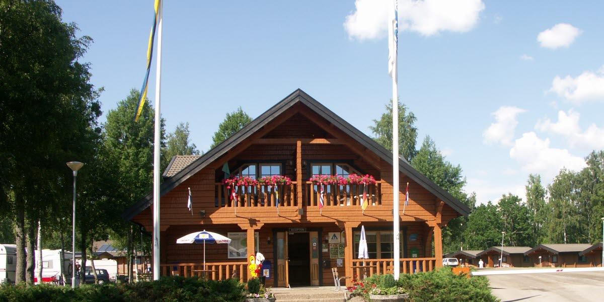 Billingens Stuby och Campings reception en fin sommardag.
