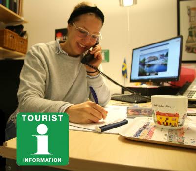 Turistbyråpersonal som svarar i telefon