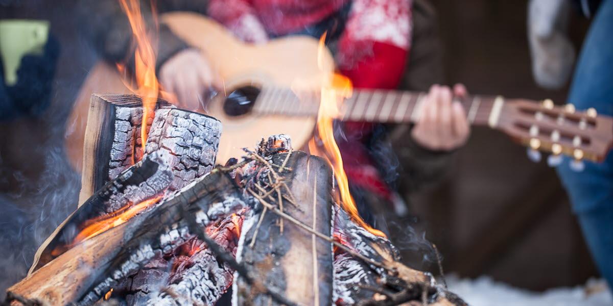 grillplats med en gitarrspelande person i bakgrunden
