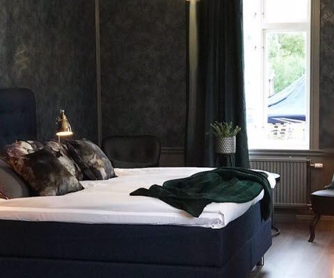 Bäddad säng i nyrenoverat dubbelrum på Hotell Villa Göta i Forsvik, Karlsborgs kommun.