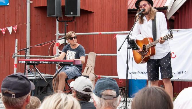 Duon Pommac uppträder i Grundsund på Kanalfesten 2018.