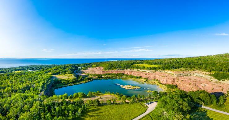 En vy över ett landskap med ett vattenfyllt stenbrott