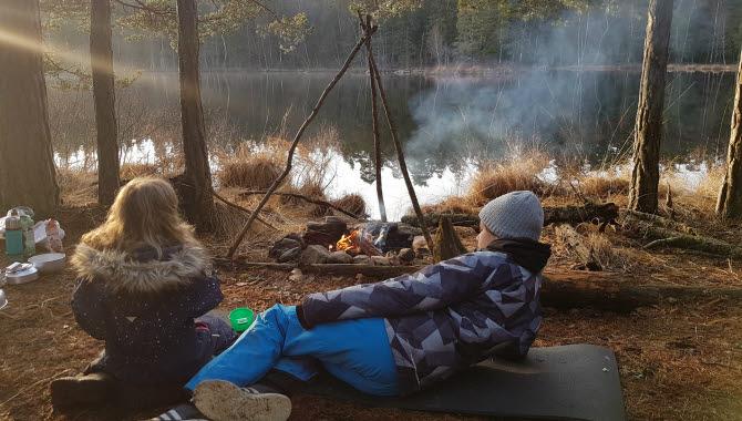 Vilande barn vid öppen eld vid sjön Vristulven.