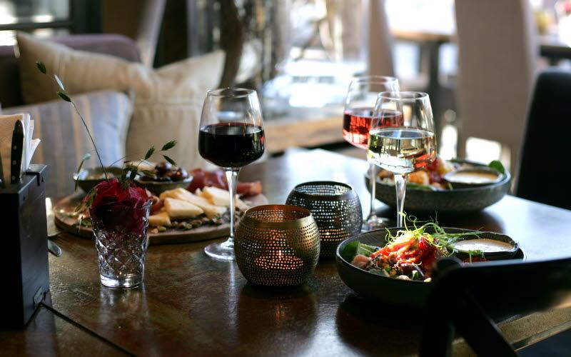 Mat och vinglas på ett bord.