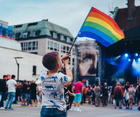 Pojke med prideflagga
