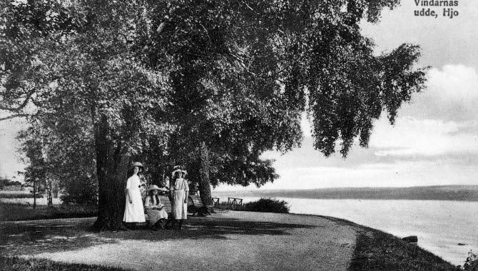Gammalt svartvitt foto av Hjo Stadspark - kvinnor vid Vätterns strand.