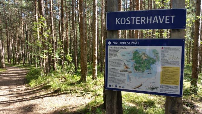 Reservatsskylt Saltö längs en stig med information och karta över området.