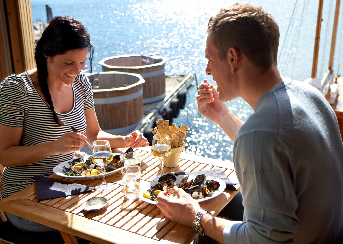 Couple eating mussel dinner by the sea - Photo Jonas Ingman - M2B AB.jpg