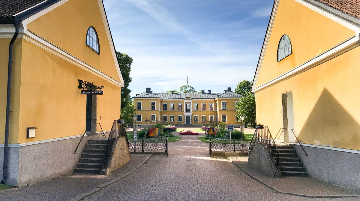 Entré till residenset Marieholm i Mariestad där Vadsbo museum har utställningar i flyglarna.