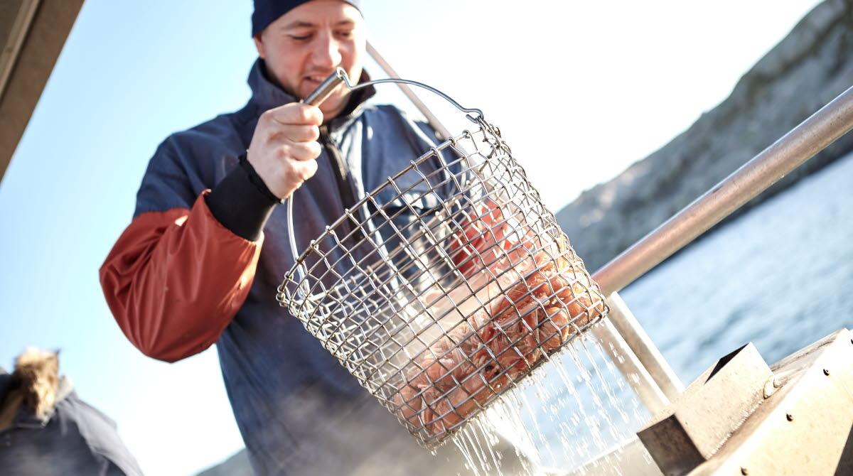 Fiskare med nykokta havskräftor