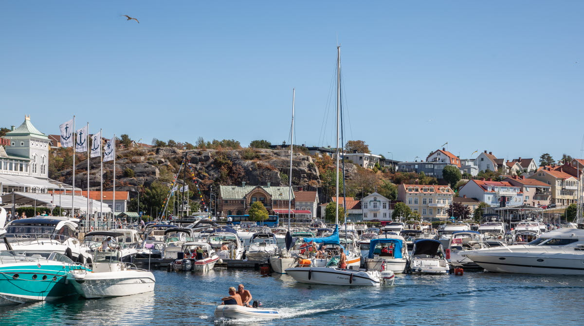 En solig sommardag i Strömstad gästhamn med massor av småbåtar.