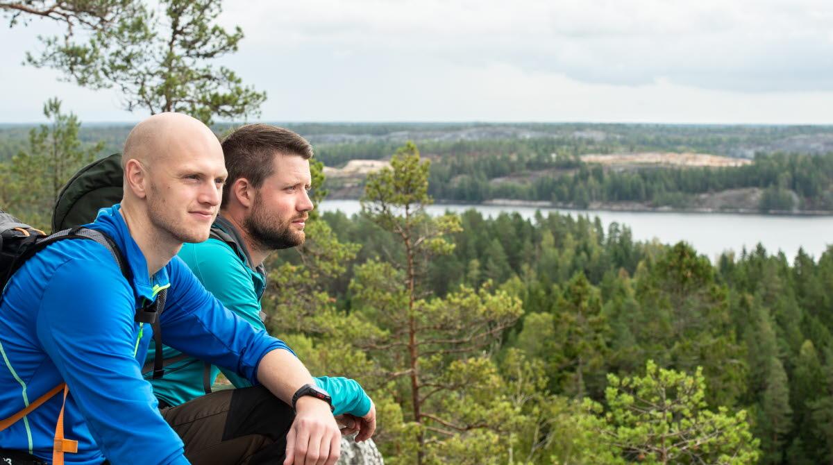 Män tittar ut över naturen