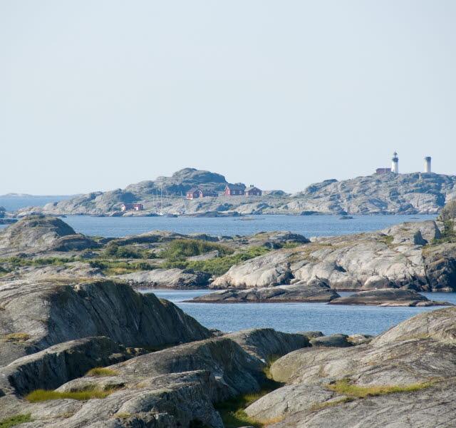 Sveriges västligaste fyrplats, Ursholmen med omgivande skärgård och hav.