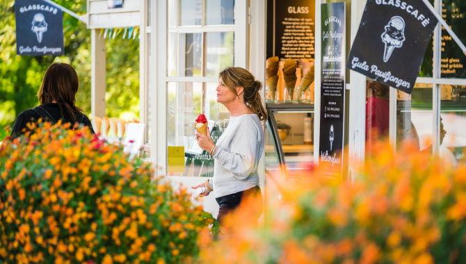 Women eating icecream in Hjo